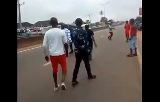 [Video] Man Beats Up Armed SARS Officer In Edo State